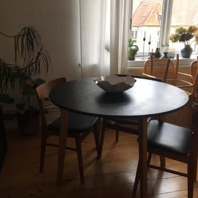 *afhentes i morgen d 1 april*  Spisebord malet sort  OBS :  Der er nogle skrammer i bordet, ses på sidste billede   Kom med et bud