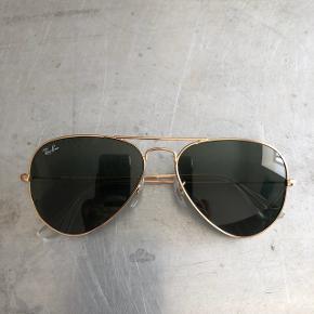1ef5ec2c8d87 Sælger disse klassiske Ray-Ban Aviator solbriller. Brillerne er købt sidste  år