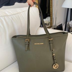 Tasken er i god stand, næsten ikke brugt. Dog er der en plet i bunden af tasken indvendigt.