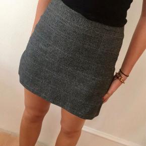 Grå ternet nederdel. Sjældent brugt, da den er blevet for lille. Dejlig behagelig, sidder godt:)