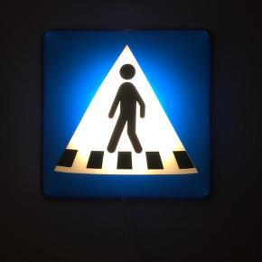 Fodgænger skilt med LED lys (Sættes i stikkontakt)  BYD gerne