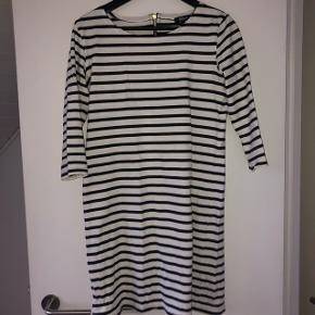 Kjole fra Magasin i str. XS. Den er aldrig brugt da jeg ikke kan passe den Ny pris: 650kr.