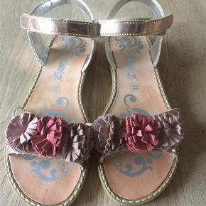 Varetype: Sandaler Farve: Se foto Oprindelig købspris: 699 kr.  Super flotte sandaler, der desværre ikke passede min datters fod.   Mindstepris = 350 pp.