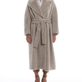 Max Mara Suri alpaca coat. Brugt ca. 10gg. Under 1 år gammel. Der er påsat hægter hos skrædderen så frakken kan lukkes uden bæltet.   Nypris 9100,- kvittering haves