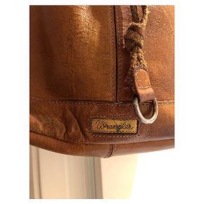 Cool wrangler læder crossbody taske med patina Brugt - se billederne