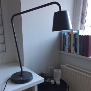 Grå bordlampe fra IKEA. Lampehovedet kan indstilles.