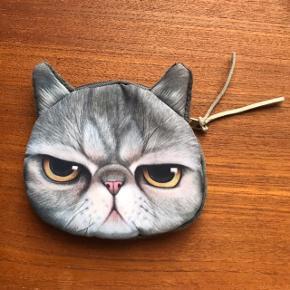 Fantastisk lille pung med lynlås i toppen 🐱 forestiller en meget utilfreds kat. Måler ca. 10x11 cm.   Bemærk - afhentes ved Harald Jensens plads eller sendes med dao. Bytter ikke 🌸  💫 Pung kat grå sur grumpy