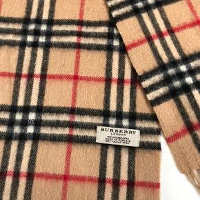 Reserveret: Flot unisex tørklæde fra Burberry - 100% cashmere. Mål : ca 160 inkl frynser. Et par micro reparationer som ikke syner ved brug. Ingen kvittering længere