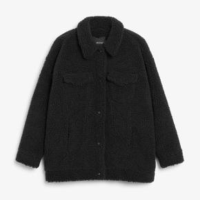 Faux shearling utility jacket fra Monki. Nypris 600 kr. Aldrig brugt pga. forkert størrelse. Jakken skal hentes her i Aarhus midtby.
