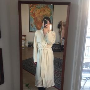 Virkelig lækker og blød cardigan/jakke i lammeuld/angora blanding med bindedetalje og bindebånd. Onesize. Har haft mindre huller som jeg har lappet.