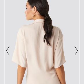 Blusen/skjorten er i Fin stand-uden huller og pletter, men den er brugt. BYD