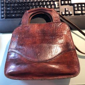 Lækker retro taske i ægte læder Der medfølger skulderrem Ikke rygerhjem