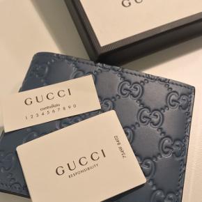 Helt ny herre læder Gucci pung; det er en fødselsdag gave og derfor ingen kvit; original; str 12 x 9,5 æske medføre Np 3499,-