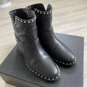 Fede støvler med sølvfarvet nitter - de er med skjult wedge hæl - meget behagelige at have på.. Brugt få gange - er som nye..