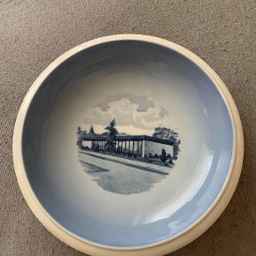 Hej! Jeg sælger denne Royal Copenhagen, førstesortering skål. Motivet forestiller G.F. Forsikring 1967-1972. Diameteren på den er 21,5 cm. Jeg sælger den til 160 kr. Da den ingenting fejler, og ser ud som ny. Hvis du har nogle spørgsmål vedrørende varen, så stil dem endelig.  Tjek gerne mine andre annoncer ud, hvor du finder en masse andet til billige priser!