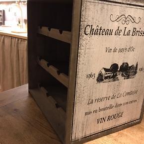 Fed vintage vinreol med plads til 12 flasker. Lavet med patina H 41 cm. B 38 cm.  D 30cm