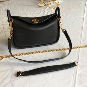 Small Leighton taske fremstår som ny. Den er meget lækker men er for lille til mig. Kan ikke købes i butik længere. Np 8100kr. Kvittering og dustbag medfølger. Kun seriøs bud tak :)  Bytter ikke!
