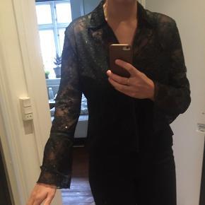 Gennemsigtig glimmerskjorte med vide ærmer