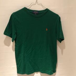 Rigtig fin grøn T-shirt fra Ralph Lauren, trøjen er en str M i børne str (10-12 år) købt i London til 500 kr