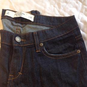 Fede mørkeblå jeans som kun har været prøvet kortvarigt fra Abercrombie and Fitch.  Jeans Farve: Mørkeblå