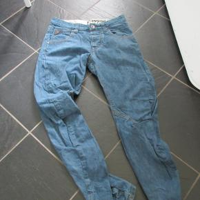 Lækre jeans fra Denim 77, kun brugt ganske få gange, så fremstår som helt nye.  Str: W30 L32.  Prisen er ex. porto.  Se også mine over 100 andre annoncer med bl.a. dame-herre-børne og fodtøj.
