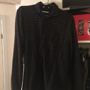 Forskellige skjorter kom med bud. Sælges billigt