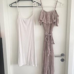 Kjole med eller uden underkjole. Den er lidt gennemsigtig og blev købt hver for sig, så vidt jeg husker. Underkjolen er en M og kjolen er en str. S. Begge fra ICHI. Samlet pris.