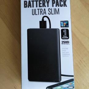 Ultra lille batteri pakke med nok til en helt opladning af din telefon (2500mAh)  Passer til iphone, ipod og android telefoner.  Har én i sort og én i blå.