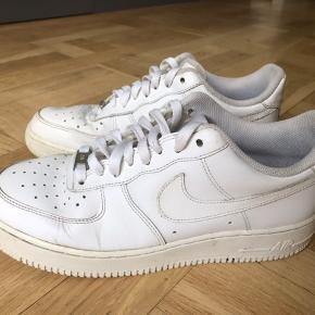 BYD NP: 850  Nike air Force one   Brugt maks 10 gange De måler 27,5 cm indvendigt  Sælges fordi de er en forkert størrelse :)