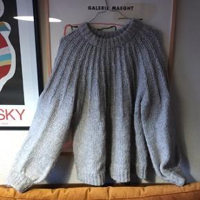 Smuk grå oversize sweater fra Envii i 55% akryl, 23% polyester, 11 % mohair og 11% uld. Dejlig strik i virkelig fedt fit! Meget moderne. Brugt, men overordnet pæn, har dog lidt uundgåeligt fnuller 🌟  Bemærk - afhentes ved Harald Jensens plads eller sendes med dao. Bytter ikke 🌸  ✨ Sweater strik uldstrik mohair uldsweater bluse grå