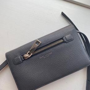 Marc Jacobs crossbody taske, købt i NYC for $260 = cirka 1789 kr. ifølge min bank 😄 Kun brugt 3-4 gange.