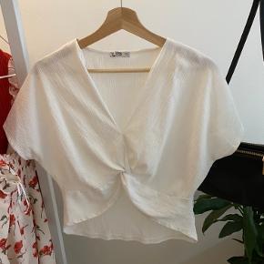 T-shirt fra Zara. Det er smukt at have på over kjoler.