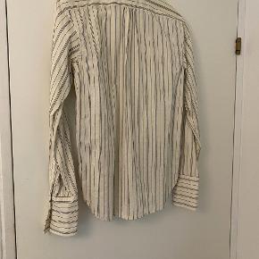 Klassisk skjorte fra Ralph Lauren. Nypris er 800 kr. og sælges for 80 kr. Brugt enkelte gange og fra ikke-ryger hjem.