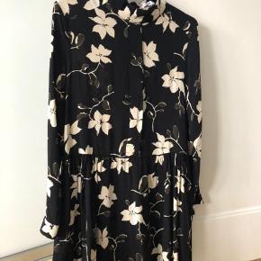 Så fin kjole fra Ganni i sort med blade.  Str 38  ( passer str 36 ) Vasket og brugt et par gange, fejler intet.  MP : 400,-kr 😊  BYTTER IKKE