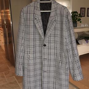 Pæn ternet frakke. Egentlig en mande model, men sidder virkelig flot