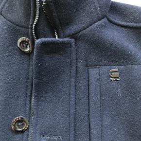 Har denne rigtig fine G-Star Raw uld frakke, som jeg desværre ikke får brugt mere pga. køb af anden vinterjakke.Frakken fejler intet og er selvregulerende i bærerens temperatur! Frakken er meget stilet, og med et par læderhandsker står du kniv skarpt!  Frakken er mellem-høj i kraven, hvilket gør at hverken vind eller regn kan komme ned, og så er der også plads til et halstørklæde til at give det sidste finish!!  BYD