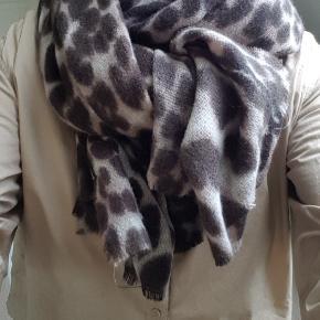 Lækkert stort blødt tørklæde fra Black Culor.  Kun brugt en gang,  så det er som nyt.  Måler 90x210  BYTTER IKKE  !!!  Prisen er 150 kr  Handler mobil pay