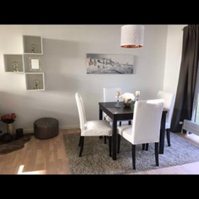 Spisbordsæt i super god stand inkl. 4 stole. Fejler intet. Farven er sort & hvid Bordet kan foldes ud i 3 længder: Målene er :  Højde: 74cm Bredde: 90 cm Længde 1 : 90cm Længde 2: 129cm Længde 3: 168,50 cm  tilbehør: ekstra stolebetræk ( kan vaskes)