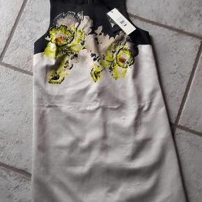 Varetype: Ny smuk kjole  Oprindelig købspris: 1100 kr.  Super smuk ny kjole fra Topshop. Stadig med mærke. Foret. Polyester.  Brystmål ca. 43 x 2 cm (lidt svær at måle) Længde ca. 81 cm  Handler gerne via mobilpay Bytter ikke