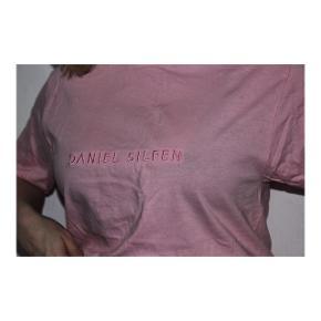 Lyserød Daniel Silfen t-shirt i størrelse small.  Brugt få gange.