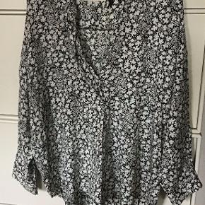 Fantastisk smuk og lækker silke skjorte. 95 % silke, 5 % lycra. Måler fra ærmegab til ærmegab 67 cm. Længden 65 cm.