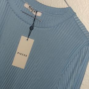 Rigtig fin lyseblå t-shirt Aldrig brugt og stadig med prismærke:)