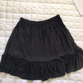 Sort plissé nederdel fra zara i stretchy stof og elastik i livet. Brugt 2 gange.