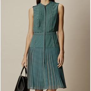 Karen Millen Drop Waist Pleated Dress / Retails for DKK 2400 🌸🦋