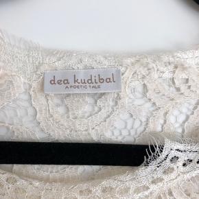 Helt ny Dea Kudibal blondetop.  Har aldrig fået den brugt, så nu må den sælges.   Længde 58 cm Talje 42 cm Hofte 52 cm Ærmelængde 44 cm  #30dayssellout