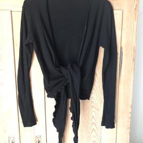 Slå-om bluse i 100% bomuld. Dansk produceret. Mads Nørgaard - mærket har dog generet og strittede op i nakken, så det er fjernet.