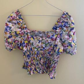Flot cropped bluse med smock under brystet. Blusen er lille i størrelsen. Brugt få gange og fejler ikke noget. Bytter ikke, handles der over ts betaler køber ts gebyr