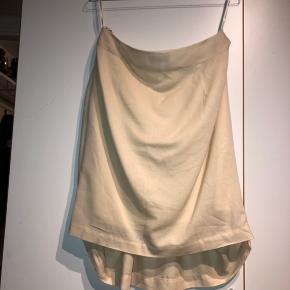Nederdel, som også kan bruges som top.  Str. 38.  Materiale: Shell: 100% bomuld, linning: viskose.  Mål: talje: 41 cm.  Se også andre annoncer.
