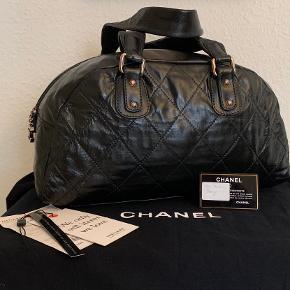 Chanel Cruise 2005-2006 Black Quilted Lambskin Bowling Bag  Tasken har ingen ridser eller slid, tasken var brun og har været professionel farvet. Se på billeder for kondision.  Rose Gold Tone Hardware Lukning med lynlås. Indvendige lommer: En lynlåslomme og to multifunktionelle glidelommer En indvendig nøglering ægthedskode: 10xxxxxxxx Fremstillet i Frankrig  Sælges med aftensitets kort og tags fra Vestiere Collective og chanel dustbag.   Størrelse: 40x20x17 cm  Se billederne for at få en nøjagtig beskrivelse, og still gerne spørgsmål og jeg sender gerne flere billeder.