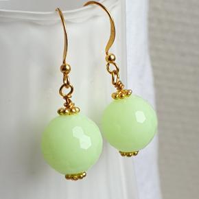 Hjemmelavede øreringe genbrugsperler (plastik) i retro gulgrøn og nikkelfri forgyldt materiale.  Fast pris. Æske kan tilkøbes for 5 kr.  Se også mine andre annoncer med smykker 🧞♀️